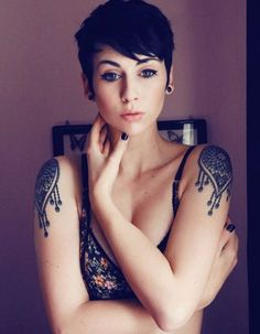 Idée tatouage : deux jolies épaulettes - Les 40 plus beaux tatouages de ...
