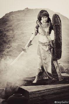 """""""Como as mulheres filipinas da era pré-colonial eram frequentemente designadas à posição de babaylan - a líder religiosa da população -, não era incomum elas pegarem espadas e virarem guerreiras."""""""