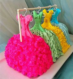 So clever/hanging cake dresses - Cake Decorating Simple Ideen Fancy Cakes, Cute Cakes, Pretty Cakes, Beautiful Cakes, Amazing Cakes, Unique Cakes, Creative Cakes, Pinterest Cake, Cake Blog