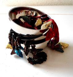 Diese wunderschönen, doppelwandigen, halbkugelförmigen Metallschälchen sind gefüllt mit verschiedenen geknüpften Nelken- und Gewürz-Artikeln. Wund...