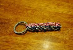 Learn how to make amazing Paracord Keychain patterns with step-by-step instructions in the tutorials! Design wonderful keychains to hook your belts or bags! Paracord Keychain, Diy Keychain, Keychain Ideas, Keychains, Paracord Projects, Paracord Ideas, Monkey Fist Keychain, Christmas Craft Fair, Macrame Tutorial