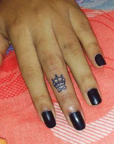 tatouage couronne femme doigt infini