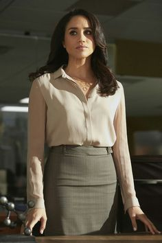 Meghan Markle wears Johanna Torell necklace on SUITS Suits Meghan, Suits Rachel, Meghan Markle Suits, Estilo Meghan Markle, Meghan Markle Style, Rachel Rachel, Suits Serie, Suits Tv Shows, Business Outfits