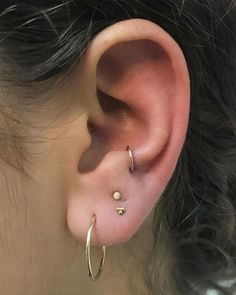 The five main ear piercing trends for from the daith to the tragus. - The five main ear piercing trends for from the daith to the tragus. Tragus Piercings, Piercings Corps, Top Ear Piercing, Piercing Eyebrow, Pretty Ear Piercings, Ear Peircings, Smiley Piercing, Piercing Tattoo, Anti Helix Piercing