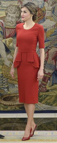 Letizia repeats red peplum dress for a day of engagements Red Peplum Dresses, Short Dresses, Fashion Dresses, Dresses For Work, Suits For Women, Clothes For Women, Queen Letizia, Mode Outfits, Royal Fashion