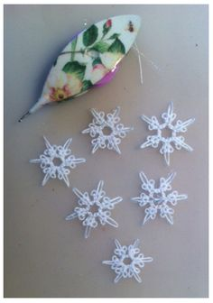 Le Blog de Frivole: Tiny Snowflakes - free pattern with two versions, one uses SCMR #tatting #snowflake