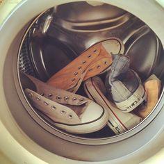 Brudne buty możemy wyczyścić na wiele sposobów. Oczywiście najprościej i najszybciej jest wrzucić je wrzucić do pralki. Niestety, nie wszystkie rodzaje butów możemy prać. Sprawdź, które bez problemu upierzesz w urządzeniu, a w jakich przypadkach jest to niewskazane.