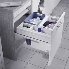 Set complet composé de coulisses et de 2 paniers à linge avec bacs pour lessive et accessoires.