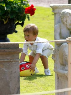 July 14, 2018 | Prince Oscar plays with a ball during Victoriadagen.