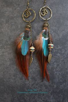 Boucles d'oreilles plumes zen  Jahira par Tendancesethniques Feather Jewelry, Gypsy Jewelry, Feather Earrings, Hair Jewelry, Beaded Earrings, Earrings Handmade, Beaded Jewelry, Feather Crafts, Fashion Earrings