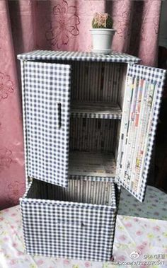 Ejemplo de mueble con tubos de papel de diario.