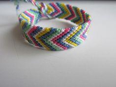 Bracelet brésilien simple en coton coloré.