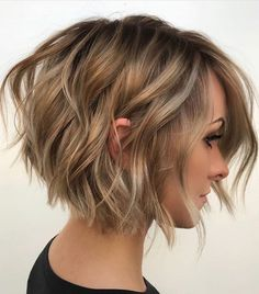 Fine hair: 30 good hairstyles for more volume - Tanja Wunderlich - - Feines Haar: 30 gute Frisuren für mehr Volumen Thin hair needs a refined cut for more volume. These hairstyles make fine, thin hair look really good! Short Bob Thin Hair, Short Hair Cuts, Short Inverted Bob, Short Textured Bob, Messy Short Hair, Long Angled Bobs, Fine Thin Hair, Angled Bob With Layers, Ombre Short Bob