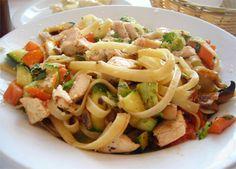 Fettuccine com legumes e frango salteados