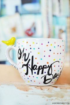 Excellent Screen pottery mugs tutorial Ideas colorful and creative motifs – Kreativ – Hand Painted Mugs, Painted Cups, Hand Painted Ceramics, Stoneware Mugs, Ceramic Cups, Ceramic Art, Pottery Store, Pottery Mugs, Painted Pottery