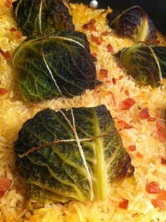 Choux vert farci ç la viande porc sur un lit de riz et de bacon au bouillon de poule