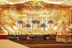 Keterangan foto tidak tersedia. Wedding Stage Backdrop, Wedding Backdrop Design, Wedding Stage Decorations, Backdrop Decorations, Backdrops, Large Flower Arrangements, Wedding Background, Wedding Designs, Rustic Wedding