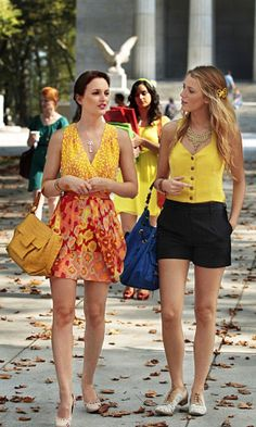 Perfect for Spring! - Blair (Leighton Meester) and Serena (Blake Lively) on Gossip Girl. Blair wearing Blair Waldorf shines in a Nanette Lepore dress, a Nancy Gonzalez Square satchel and Tiffany Co. Gossip Girls, Moda Gossip Girl, Estilo Gossip Girl, Gossip Girl Outfits, Gossip Girl Fashion, Gossip Girl Clothes, Gossip Girl Style, Gossip Girl Dresses, Blake Lively Gossip Girl