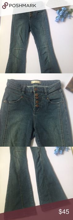 """Free People Flare leg jeans Free People Flare leg jeans. No flaws. Flat lay measurements waist 13 1/2 with some stretch inseam 33"""" ankle 10"""" the rise is measured at 9"""" Free People Jeans Flare & Wide Leg"""