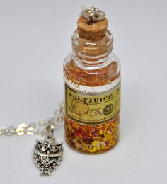 Collana Pozione Polisucco ispirata alla famosa serie di Harry. Polio Powder Necklace, inspired by the famous Harry Potter series, in glass bottle, gold glitter, Edvige owl