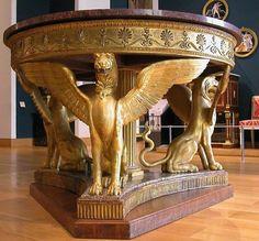 tafel in empirestijl; het onderstel bestaat uit drie leeuwgriffioenen