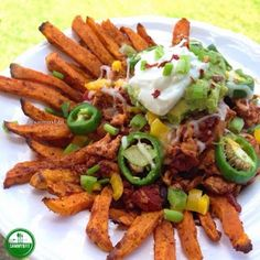 This Sweet Potato Fry Chicken Nachos recipe is the perfect healthier alternative for Super Bowl Sunday or any family and friend gathering. Baked, not fried. Homemade Sweet Potato Chips, Sweet Potato Nachos, Loaded Sweet Potato, Sweet Potato Chili, Potato Fry, Chicken Nachos Recipe, Chicken Recipes, Cheese Fries, Easy Healthy Recipes