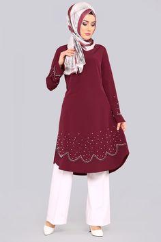 ** YENİ ÜRÜN ** İnci Detay Tunik Bordo Ürün Kodu: ELF3527 --> 69.90 TL Muslim Fashion, Hijab Fashion, Fashion Dresses, Hijab Dress, Hijab Outfit, Sporty Outfits, Classy Outfits, Modele Hijab, Beautiful Hijab