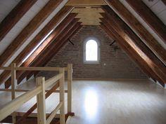 Dachgeschossausbau - Bild 4: ausgebauter Dachspitz, offen durch die freigelegten Balken und den fehlenden Kniestock. Die ausgewechselten Balken sind nicht von den bestehenden zu unterscheiden.