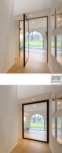 Pivoterende glazen deur met zwart aluminium frame. Deze moderne #steellook deur is voorzien van onzichtbare pivotscharnieren, waarvoor niets op voorhand in de vloer ingebouwd dient te worden. De deur kan dus zowel in nieuwe als bestaande woningen geplaatst worden!