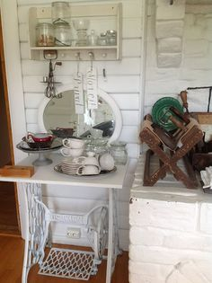 HVÍTUR LAKKRÍS - I'm inspired to pull out that treadle machine bottom in the garage and spray it white and plop something on it - maybe a slab of granite or marble. Old Sewing Machine Table, Antique Sewing Machines, Sewing Table, Cozinha Shabby Chic, Estilo Shabby Chic, Granny Chic Decor, Decoration Shabby, Shabby Cottage, Home Furniture