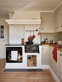 Green Kitchen, Diy Kitchen, Kitchen Interior, Kitchen Dining, Oh My Home, Swedish Cottage, Timeless Kitchen, Home Goods Store, Cozy House