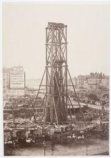 Exhaussement de la colonne du Châtelet. Paris (Ier arr.). Photographie de Charles Marville (1813-1879). Paris, musée Carnavalet.