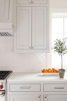 White Kitchen Backsplash, Quartz Kitchen Countertops, White Countertops, Kitchen Tiles, New Kitchen, Countertop Decor, Kitchen Modern, Backsplash Tile, Kitchen Cabinets