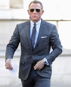 This James Bond charcoal stripe suit from Sky fall movie worn by Hollywood star Daniel Craig has its own attraction and stylish look. Daniel Craig James Bond, Celebrity Sunglasses, Tom Ford Sunglasses, Ray Ban Sunglasses, Rachel Weisz, James Bond Suit, Bond Suits, Dress Code Guide, Dress Codes