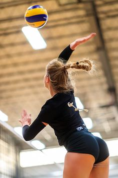 Girls Volleyball Shorts, Female Volleyball Players, Women Volleyball, Modelos Fitness, Teen Girl Poses, Beautiful Athletes, Female Gymnast, Sporty Girls, Jolie Photo