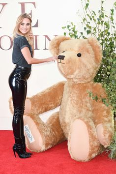 Kimberley Garner at the Goodbye Christopher Robin Premiere Kimberley Garner, Vinyl Leggings, Leggings Are Not Pants, Goodbye Christopher Robin, Mode Latex, Vinyl Clothing, Chelsea, Latex Catsuit, Sexy Latex