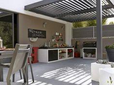 Extérieur classe et moderne, terrasse, avec couverture, table, couleur taupe, plancha, barbecue