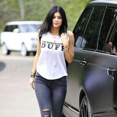 Kylie Jenner usando t-shirt e calça destroyed.