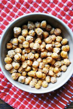 A good source of protein and fiber, these roasted chickpeas are full of delicious ranch flavor and are a great choice for healthy snacking. Vegetarian Snacks, Savory Snacks, Healthy Snacks, Healthy Eating, Vegan Food, Chickpea Recipes Easy, Vegan Recipes, Chickpea Snacks, Healthy Side Dishes