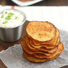 Rodajas de papas con pimentón ahumado dulce al horno y una salsa de triple cebolla | 31 versiones horneadas más saludables de comidas fritas