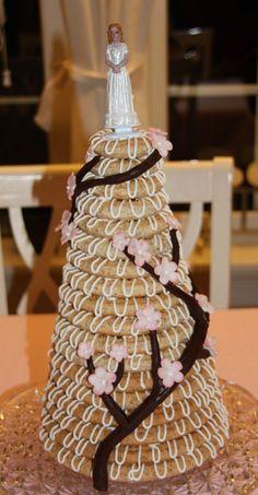 Kransekake (in Norwegian) Wedding Desserts, Wedding Cakes, Norwegian Food, Scandinavian Food, Almond Cakes, Sweet Life, No Bake Desserts, Vegan, Yummy Cakes