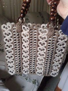 Cartera hermosa - bag made from strips of crocheted pop tabs Soda Tab Crafts, Can Tab Crafts, Crochet Handbags, Crochet Purses, Pop Top Crafts, Pop Tab Purse, Free Crochet, Knit Crochet, Pop Can Tabs