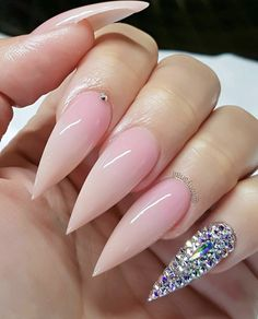 If you're looking for a bold look, stiletto nails are your best choice. The trend of stiletto nails is hard to ignore. Whether you like it or not, stiletto nails will stay. Stiletto nails are cool and sexy, but not everyone likes them. Bling Stiletto Nails, Simple Stiletto Nails, Acrylic Nails Stiletto, Matte Nails, Pink Nails, My Nails, Coffin Nails, Pink Coffin, Claw Nails