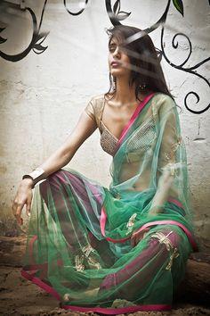 Modern day take on the sari worn by all Indian women. Ethnic Fashion, Asian Fashion, Fall Fashion, Fashion Ideas, Fashion Edgy, Fashion Art, High Fashion, Fashion Trends, Saris