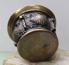 Bronzen vijzel versierd met vier Sint-Jakobsschelpen en sterren . Vier ribben.  Hoogte 10 cm, diameter 14,5 cm.  Afgebeeld: Die Mörsersammlung Ernst Genz blz. 136.                     Vijzels Salentijn blz. 158 e.v.