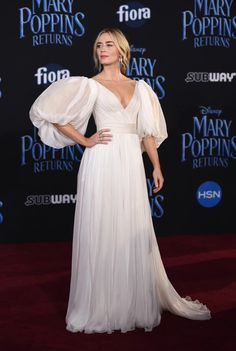 Emily Blunt channels Mary Poppins at movie premiere Red Carpet Hair, Red Carpet Dresses, Celebrity Red Carpet, Celebrity Style, Celebrity Photos, Emily Blunt Mary Poppins, Glamour, Celebs, Celebrities