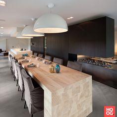 Luxe eettafel in moderne woonkamer met open haard | eetkamer design | dining room | dining room design ideas | Hoog.design