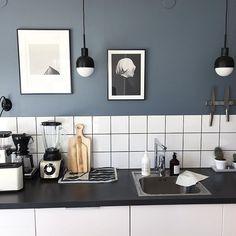 I just died! ✨ The tile, the Stringshelf, the lamps... The EVERYTHING! 😍🙌 From 👉 @eklundstockholmnewyork 👌 #kök #kitchen #kjøkken #shelfie… House Doctor, Shelfie, Hygge, Double Vanity, Kitchens, Bathroom, Lamps, Tile, Instagram