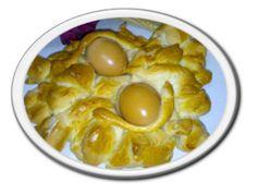 Coccoietto con l'uovo Sinonimi: Anguglia, Coccoi de Pasca, Coccoi de ou. Pane tipo coccoietto, dalle forme stilizzate che riproducono animali domestici (uccellini, pesci, ochette, coniglietti, tartarughe, ecc.), con una o due uova incastonate nel cocoietto e sostenuto da treccine di pasta incrociate. Pane tipico preparato in occasione dei festeggiamenti Pasquali, che aveva la funzione dell'attuale uovo di Pasqua; le metodiche di lavorazione sono praticate in maniera omogenea sulla base degli…