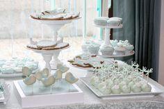 Olá a todos!   Hoje vou mostrar-vos as fotos de uma mesa de doces para um Batizado que eu simplesmenste...adorei! O tema, passarinho branco...
